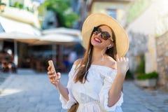 Mulher da cidade que escuta a música de seu telefone celular Fotografia de Stock Royalty Free
