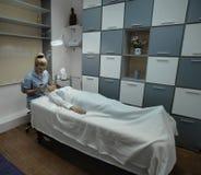 Mulher da clínica da beleza Fotografia de Stock Royalty Free