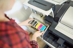 Mulher da colheita que põe a tinta na impressora imagem de stock royalty free