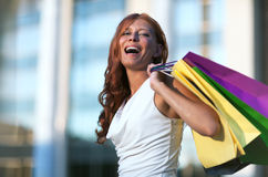 Mulher da compra da beleza Foto de Stock Royalty Free
