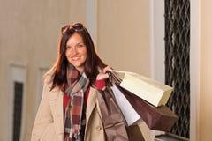 Mulher da compra do equipamento do outono elegante com sacos Foto de Stock