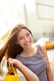 Mulher da compra em New York City imagem de stock