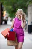 Mulher da compra que fala no telefone móvel foto de stock royalty free