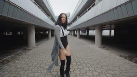 A mulher da dança executa a dança moderna da moda, levantando, o estilo livre contemporâneo urbano BG industrial video estoque