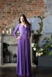 Mulher da elegância no vestido violeta longo Luxo, indoo fotografia de stock royalty free