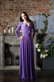 Mulher da elegância no vestido violeta longo Luxo, interno imagens de stock royalty free