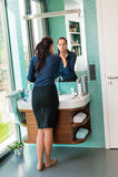 Mulher da elegância que usa a beleza descalça do banheiro do batom Fotografia de Stock Royalty Free