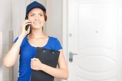 Mulher da entrega que fala no telefone celular Imagem de Stock