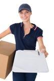 Mulher da entrega que guarda a caixa de cartão e a prancheta Imagens de Stock