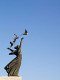Mulher da escultura com pombos foto de stock