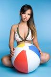 Mulher da esfera de praia imagens de stock royalty free