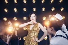 Mulher da estrela mundial que levanta aos paparazzi imagem de stock royalty free
