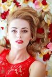 Mulher da forma da beleza do retrato em termas das pétalas da flor Imagem de Stock Royalty Free