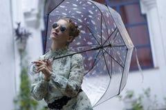 Mulher da forma com óculos de sol e um guarda-chuva Imagens de Stock Royalty Free
