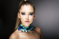 Luxo. Mulher na moda lindo com colar de turquesa Foto de Stock Royalty Free