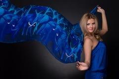 Mulher da forma com o lenço azul do vôo Imagens de Stock Royalty Free