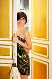 Mulher da forma da elegância na porta do quarto de hotel Fotos de Stock Royalty Free