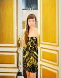 Mulher da forma da elegância na porta do quarto de hotel Imagem de Stock Royalty Free