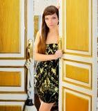 Mulher da forma da elegância na porta do quarto de hotel Fotos de Stock