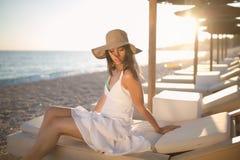 Mulher da forma da praia do verão que aprecia o verão e o sol Conceito do sentimento do verão, felicidade Imagens de Stock