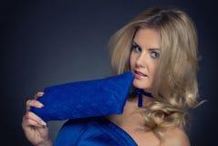 Mulher da forma do close up no terno e no saco azuis Imagem de Stock