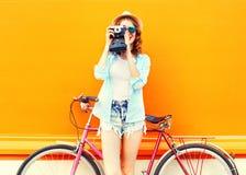 Mulher da forma do verão com câmera retro e bicicleta Fotos de Stock Royalty Free