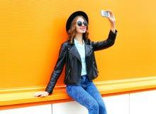 A mulher da forma está tomando uma imagem em um smartphone Fotografia de Stock Royalty Free