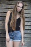 Mulher da forma na camiseta interioa e short exterior Imagens de Stock Royalty Free