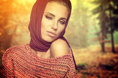 Mulher da forma na cor do outono Imagens de Stock Royalty Free