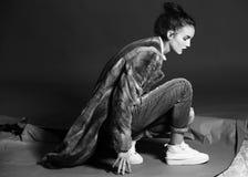 Mulher da forma na pose marrom do casaco de pele Fotografia de Stock Royalty Free