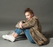 Mulher da forma na pose marrom do casaco de pele Imagens de Stock Royalty Free