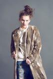 Mulher da forma na pose marrom do casaco de pele Fotos de Stock Royalty Free