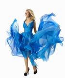 Mulher da forma na tela azul do voo do vestido, passeio elegante da menina Foto de Stock Royalty Free