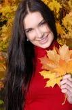 Mulher da forma no parque do outono Fotos de Stock Royalty Free