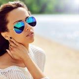 Mulher da forma nos óculos de sol - ascendente próximo imagens de stock royalty free