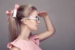 Mulher da forma nos óculos de sol que olham afastado Foto de Stock Royalty Free