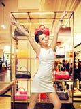 Mulher da forma que olha a bolsa na moda fotos de stock