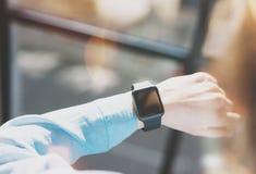 Mulher da foto que trabalha o estúdio moderno do sótão Menina que aprecia o relógio esperto do projeto genérico Olhando a tela Sm Fotos de Stock