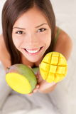 Mulher da fruta da manga feliz Fotos de Stock