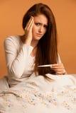 Mulher da gripe da doença da febre Imagem de Stock