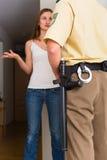 Mulher da interrogação do agente da polícia na porta da rua Imagem de Stock Royalty Free