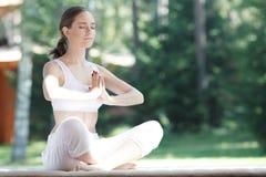Mulher da ioga exterior Fotos de Stock Royalty Free