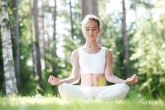 Mulher da ioga no parque Imagens de Stock