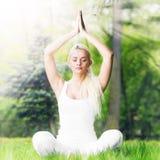 Mulher da ioga no parque foto de stock