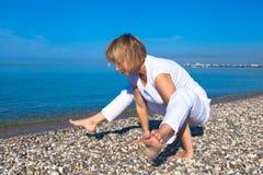 Mulher da ioga que faz exercícios Imagens de Stock Royalty Free