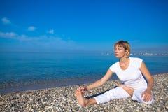 Mulher da ioga que faz exercícios Imagem de Stock