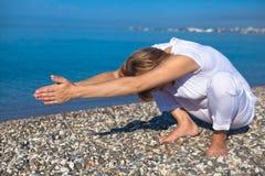 Mulher da ioga que faz exercícios Imagem de Stock Royalty Free