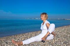 Mulher da ioga que faz exercícios Fotografia de Stock Royalty Free