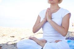 Mulher da ioga que faz exercícios Foto de Stock