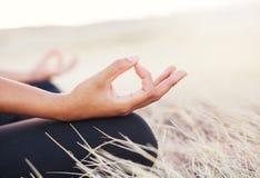 Mulher da ioga que faz a meditação Foto de Stock Royalty Free